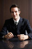 ペンを持っているビジネスマン 02336002808| 写真素材・ストックフォト・画像・イラスト素材|アマナイメージズ