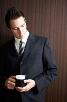 カップを持っているビジネスマン 02336002813| 写真素材・ストックフォト・画像・イラスト素材|アマナイメージズ