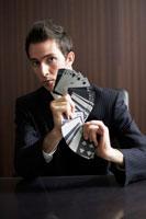 トランプを持っているビジネスマン 02336002825| 写真素材・ストックフォト・画像・イラスト素材|アマナイメージズ