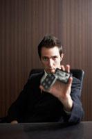 トランプを持っているビジネスマン 02336002826| 写真素材・ストックフォト・画像・イラスト素材|アマナイメージズ