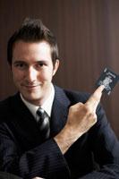 トランプを持っているビジネスマン 02336002831| 写真素材・ストックフォト・画像・イラスト素材|アマナイメージズ