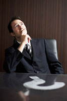 考えるビジネスマン 02336002835| 写真素材・ストックフォト・画像・イラスト素材|アマナイメージズ