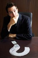 考えるビジネスマン 02336002837| 写真素材・ストックフォト・画像・イラスト素材|アマナイメージズ