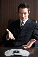 トランプを選ぶビジネスマン 02336002842| 写真素材・ストックフォト・画像・イラスト素材|アマナイメージズ
