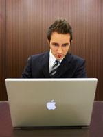 パソコンに向かうジネスマン 02336002851A| 写真素材・ストックフォト・画像・イラスト素材|アマナイメージズ