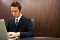 パソコンに向かうジネスマン 02336002853| 写真素材・ストックフォト・画像・イラスト素材|アマナイメージズ