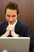 パソコンに向かうジネスマン 02336002855| 写真素材・ストックフォト・画像・イラスト素材|アマナイメージズ