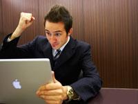 パソコンに向かうジネスマン 02336002856| 写真素材・ストックフォト・画像・イラスト素材|アマナイメージズ