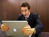 パソコンに向かうジネスマン 02336002857| 写真素材・ストックフォト・画像・イラスト素材|アマナイメージズ