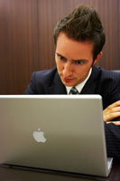 パソコンに向かうジネスマン 02336002859| 写真素材・ストックフォト・画像・イラスト素材|アマナイメージズ