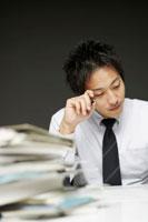 書類を書くビジネスマン