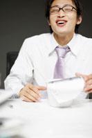 カップラーメンを食べるビジネスマン 02336002888| 写真素材・ストックフォト・画像・イラスト素材|アマナイメージズ