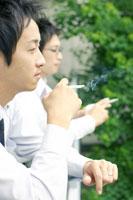 タバコを吸うビジネスマン2人