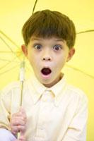 黄色い傘をさす男の子
