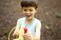 玩具で遊ぶハーフの男の子