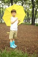 黄色い傘をさす男の子 02336002901  写真素材・ストックフォト・画像・イラスト素材 アマナイメージズ