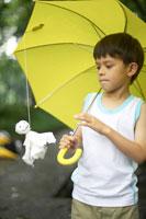 黄色い傘とてるてる坊主と男の子 02336002903  写真素材・ストックフォト・画像・イラスト素材 アマナイメージズ