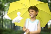 黄色い傘とてるてる坊主と男の子