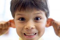 おどけるハーフの男の子 02336002906  写真素材・ストックフォト・画像・イラスト素材 アマナイメージズ