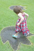 水溜りに飛び込む女の子