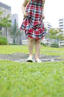 女の子の足元と公園の水溜り