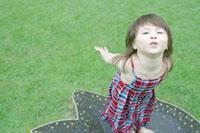 水溜りにいるハーフの女の子