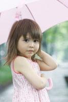ピンクの傘をさすハーフの女の子