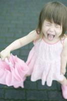 ピンクの傘をもつハーフの女の子