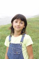 草原にいるハーフの女の子 02336002936  写真素材・ストックフォト・画像・イラスト素材 アマナイメージズ