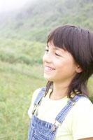 草原にいるハーフの女の子