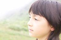 草原にいるハーフの女の子 02336002939  写真素材・ストックフォト・画像・イラスト素材 アマナイメージズ