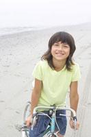 砂浜で自転車に乗る女の子