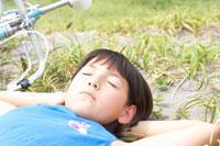 寝転ぶハーフの女の子 02336002953  写真素材・ストックフォト・画像・イラスト素材 アマナイメージズ