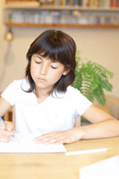 勉強をするハーフの女の子 02336002954  写真素材・ストックフォト・画像・イラスト素材 アマナイメージズ