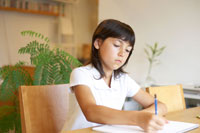 勉強をするハーフの女の子 02336002956  写真素材・ストックフォト・画像・イラスト素材 アマナイメージズ
