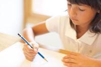 絵を描くハーフの女の子 02336002957  写真素材・ストックフォト・画像・イラスト素材 アマナイメージズ