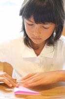 折り紙を折るハーフの女の子