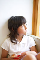 壁にもたれるハーフの女の子 02336002959  写真素材・ストックフォト・画像・イラスト素材 アマナイメージズ