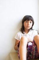 壁にもたれるハーフの女の子 02336002960A  写真素材・ストックフォト・画像・イラスト素材 アマナイメージズ