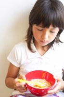 シリアルを食べるハーフの女の子 02336002961  写真素材・ストックフォト・画像・イラスト素材 アマナイメージズ
