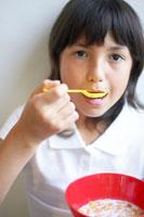 シリアルを食べるハーフの女の子 02336002962A  写真素材・ストックフォト・画像・イラスト素材 アマナイメージズ