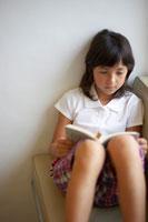 本を読むハーフの女の子 02336002966A  写真素材・ストックフォト・画像・イラスト素材 アマナイメージズ