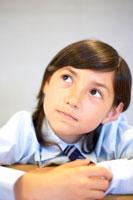 考えるハーフの女の子 02336002974  写真素材・ストックフォト・画像・イラスト素材 アマナイメージズ