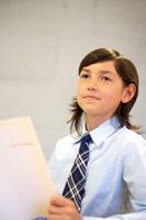 本を読むハーフの女の子 02336002975  写真素材・ストックフォト・画像・イラスト素材 アマナイメージズ