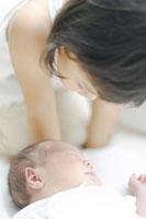 眠る赤ちゃんを見守るお姉ちゃん