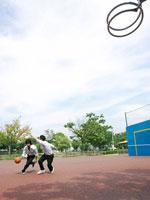 バスケをする男子高校生たち