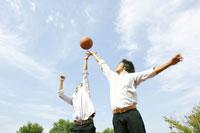 バスケをする男子高校生たち 02336003063A| 写真素材・ストックフォト・画像・イラスト素材|アマナイメージズ