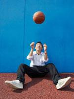 バスケットボールと男子高校生 02336003068| 写真素材・ストックフォト・画像・イラスト素材|アマナイメージズ