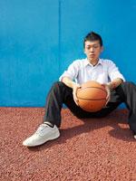バスケットボールと男子高校生 02336003069| 写真素材・ストックフォト・画像・イラスト素材|アマナイメージズ