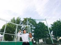 キャッチボールをする男子高校生